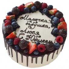 Торт с ягодами и надписью
