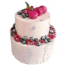 Свадебный торт с розовыми макарунами и ягодами