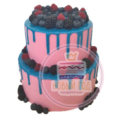 Розовый торт с голубыми подтеками и ягодами