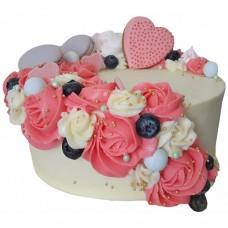 Торт с макарунами, голубикой и цветами