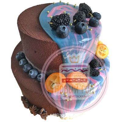 Двухъярусный торт с цветной глазурью и ягодами