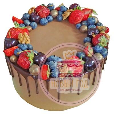 Торт со свежими ягодами и конфетами