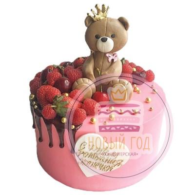 Торт с ягодами и медвежонком