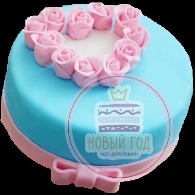 Торт с сердечком из роз и бантом
