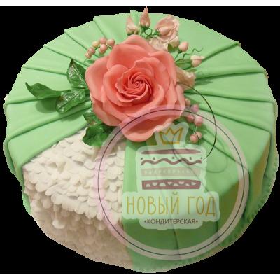 Торт с чайной розой на зелёном шлейфе