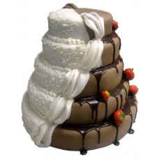 Чёрно-белый торт со шлейфом и клубникой