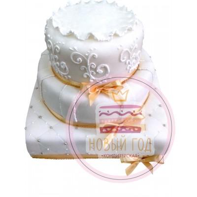 Торт с узорами и золотыми ленточками