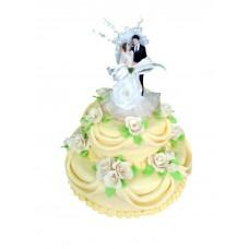 Желтый свадебный торт с фигурками молодожен