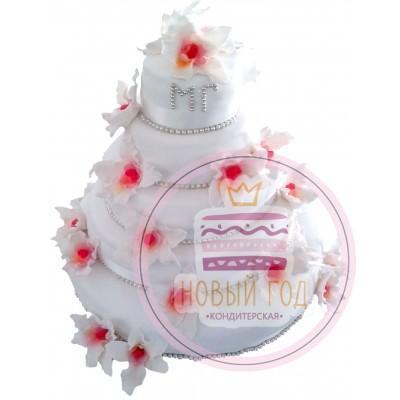 Торт с белыми цветами и инициалами молодожёнов