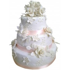 Белый торт с розами и лентами