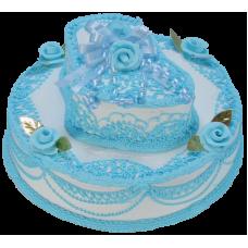 Торт с голубой пинеткой и розочками
